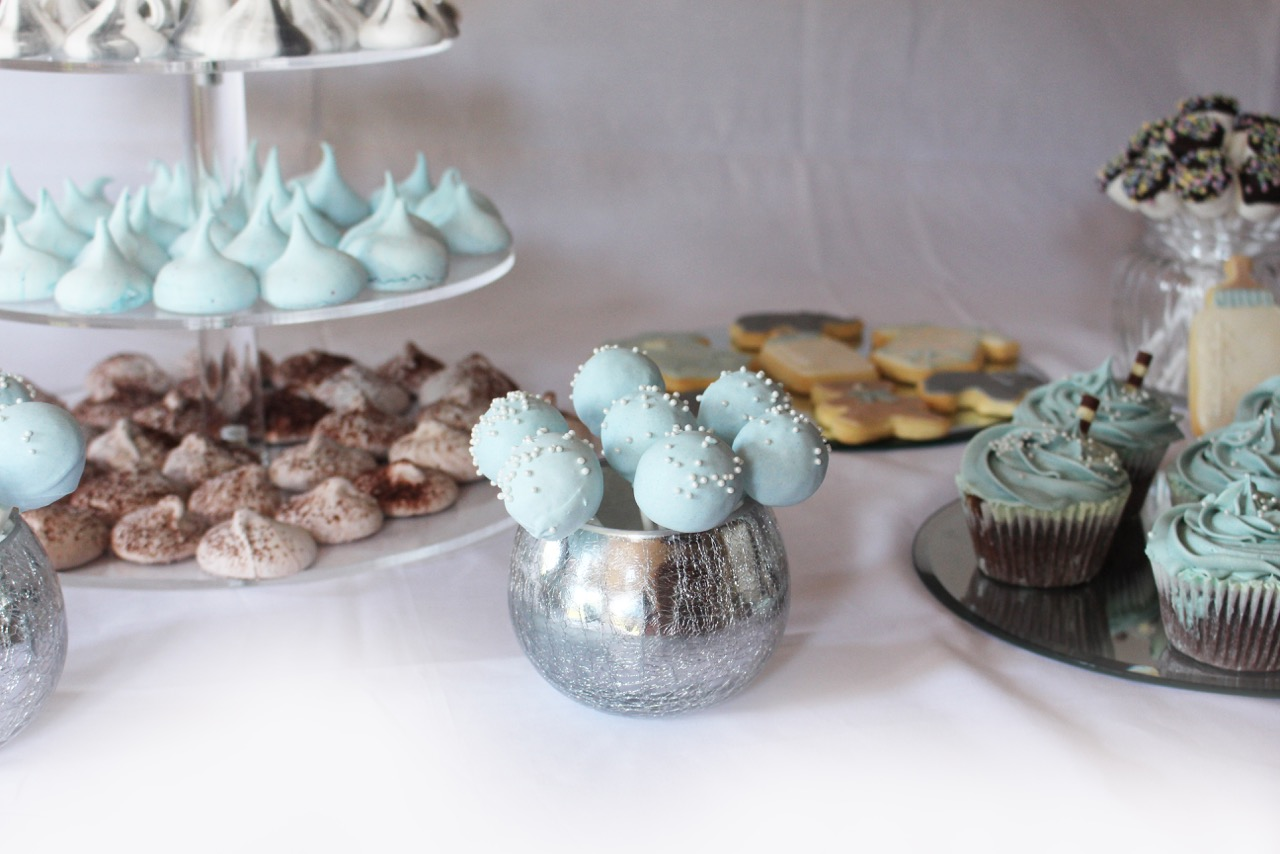 ligt blue dessert table